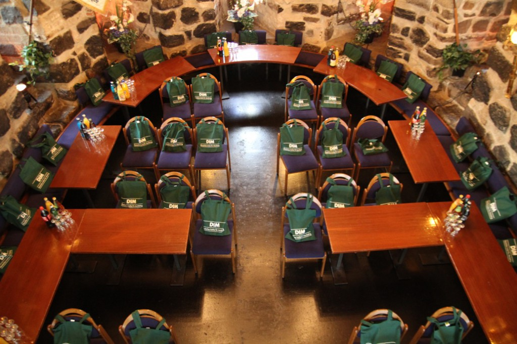 Der Hauptsaal und einer der Vortragsräume.