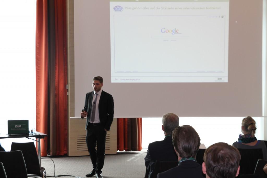 """Dominik Strzoda mit dem Vortrag """"Integriertes Online Marketing"""""""